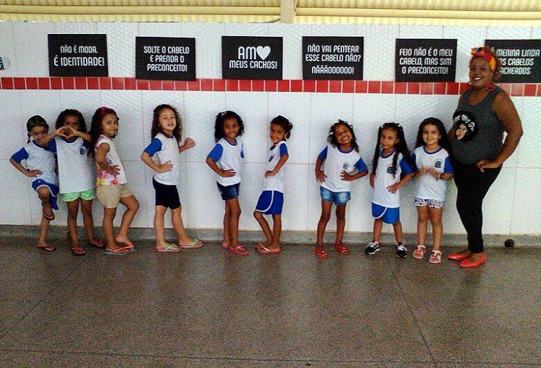 Escola Jovina realiza atividade com penteados no Dia da Consciência Negra