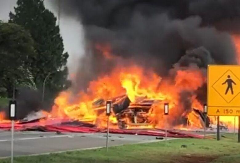 Caminhões pegam fogo e SP-330 precisa ser interditada
