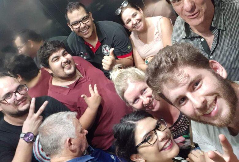 Onze pessoas ficam presas em elevador de shopping por causa de excesso de peso