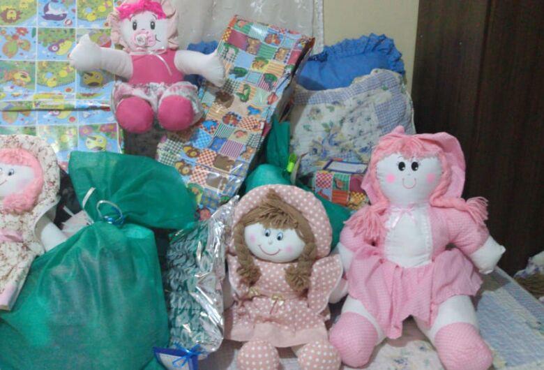 Crianças da ONG MID garantem presentes; voluntárias buscam doações para bolo de final de ano