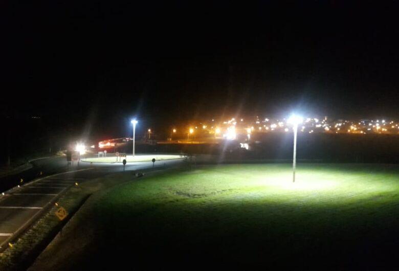 Após destinação de emenda do vereador Edson Ferreira, rotatória do Parque Novo Mundo é iluminada