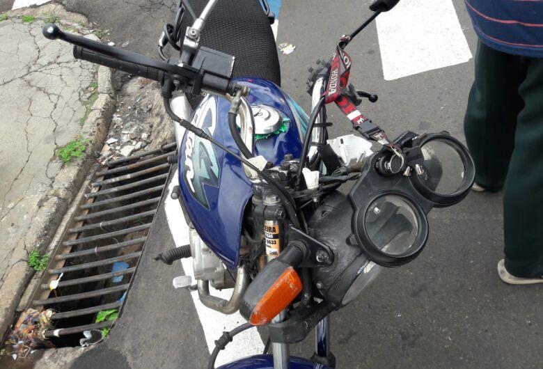 Pneu de moto fura e casal sofre queda no Cruzeiro do Sul