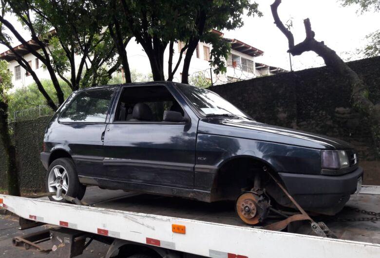 Carro furtado é localizado sem as rodas em estrada de terra