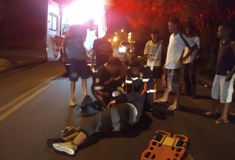 Motoboy colide em caminhão após ser fechado no Jockey Clube