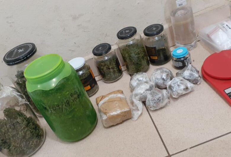 Após perseguição, Força Tática prende traficante e encontra drogas e arma