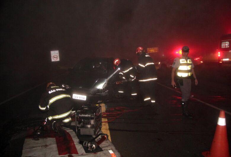 Mulher fica presa nas ferragens após carro ser atingido por caminhonete na SP-215