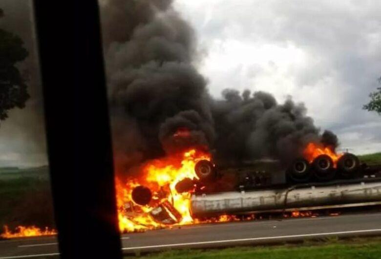 Caminhão carregado com etanol explode na SP-330
