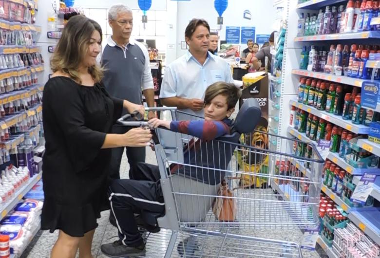 Crianças com deficiência terão carrinho especial em estabelecimentos comerciais em São Carlos