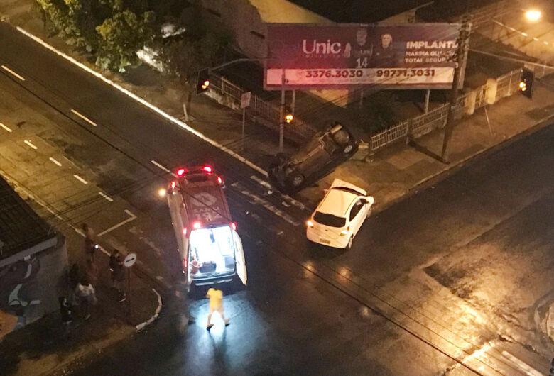 Carro capota após colisão no Centro