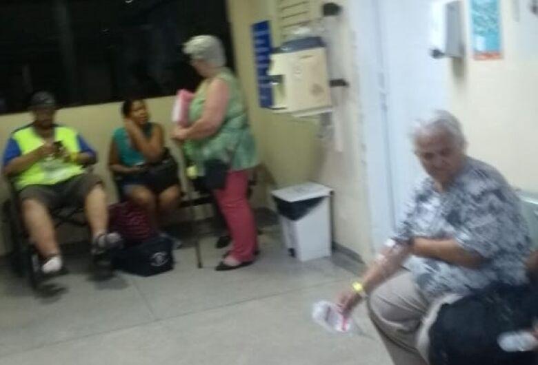 Santa Casa sobrecarregada: pacientes tomam soro em pé
