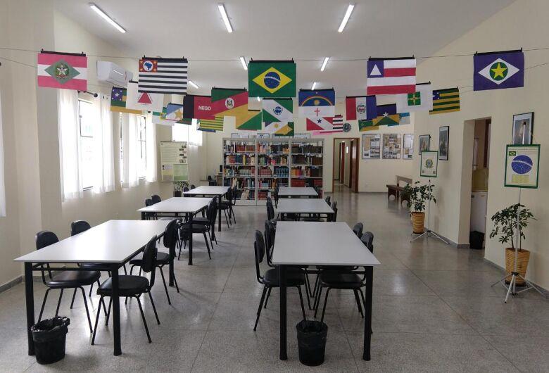 """Biblioteca Municipal de Ibaté recebe exposição """"Bandeiras dos Estados Brasileiros"""""""