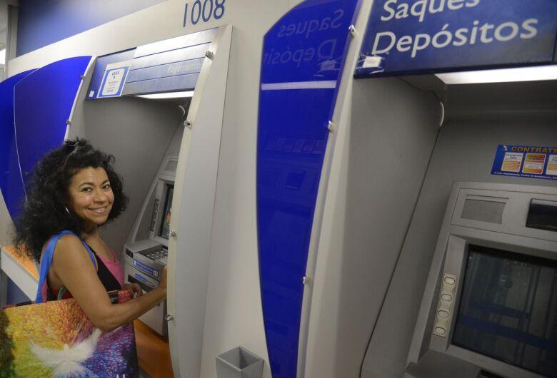 Bolsonaro sanciona lei que aumenta limite do saque imediato do FGTS de R$ 500 para R$ 998