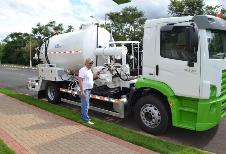 Prefeitura de Ibaté adquire caminhão e implemento  para o Departamento de Água e Esgoto