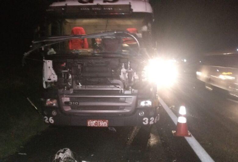 Caminhoneiro morre após ser atropelado na SP-330