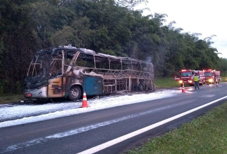 Ônibus da Cometa é destruído por incêndio na SP-330; veja vídeo