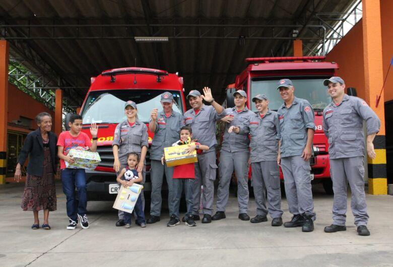 Garoto de 8 anos do Cidade Aracy ganha presentes após emocionar Bombeiros com uma carta