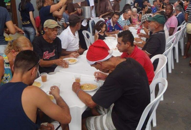 Festa leva a magia de Natal para moradores de rua em São Carlos