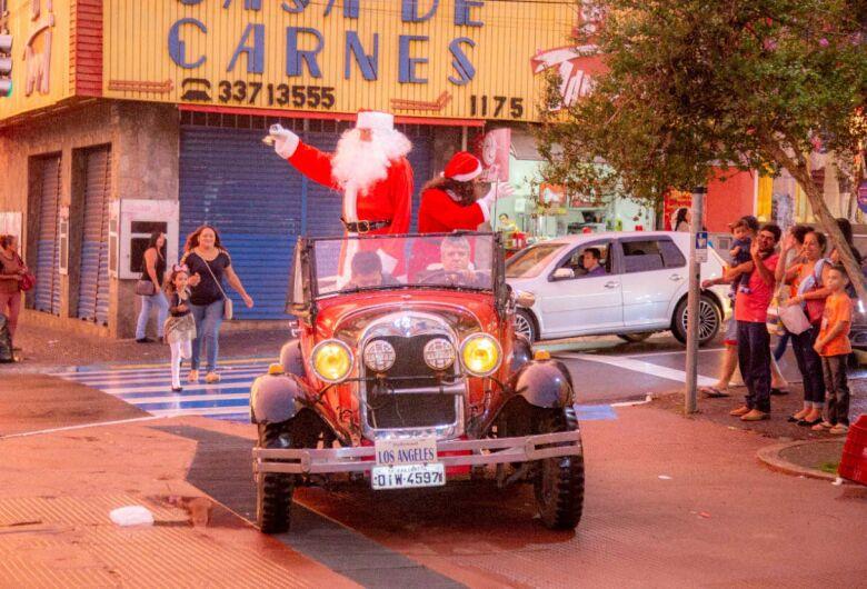 Chegada do Papai Noel marca o início das comemorações natalinas no comércio de São Carlos