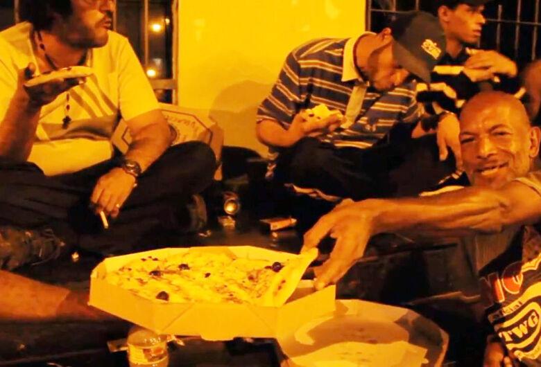 Em ação social, amigos doam pizzas para moradores de rua em São Carlos