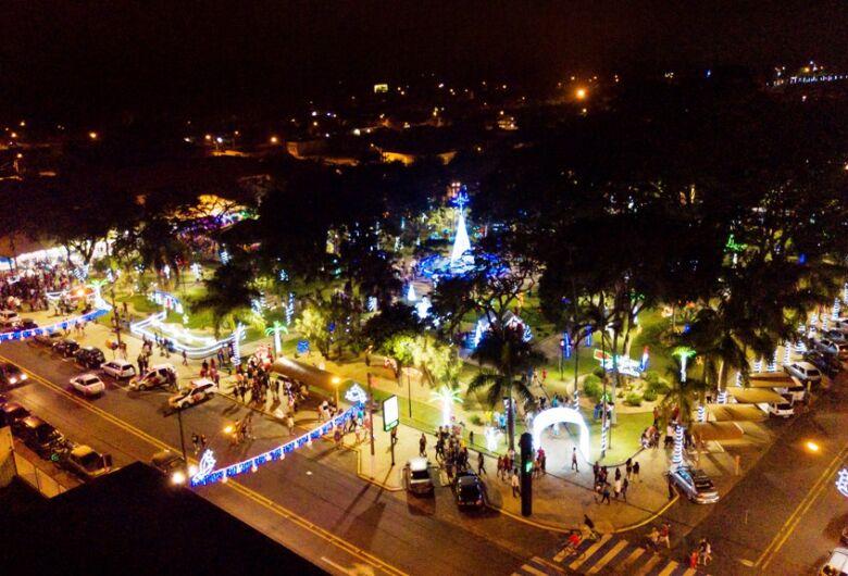 """Abertura do """"Natal de Luzes e Sons Ibaté 2019"""" leva milhares de pessoas à Praça Central"""