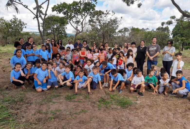 Programa de alfabetização ambiental encerra o ano com plantio de árvores no CEMOSAR