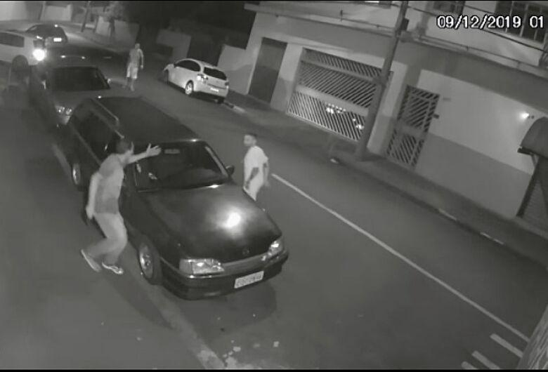 Câmera de segurança registra acidente e esfaqueamento na Vila Nery