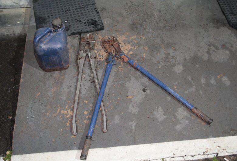 Ladrão é flagrado furtando fios de alta tensão de rede em construção