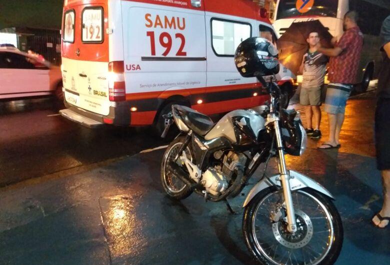 Carro bate em lateral de moto, jovem cai da garupa e ônibus a atropela