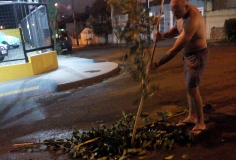 Buraco enorme causa preocupação em cruzamento na Vila Nery