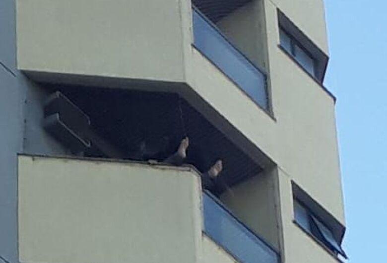 Populares impedem que homem se atire da janela do quinto andar