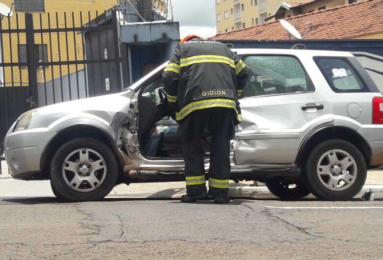 Ônibus acerta carro em cruzamento e duas mulheres ficam feridas
