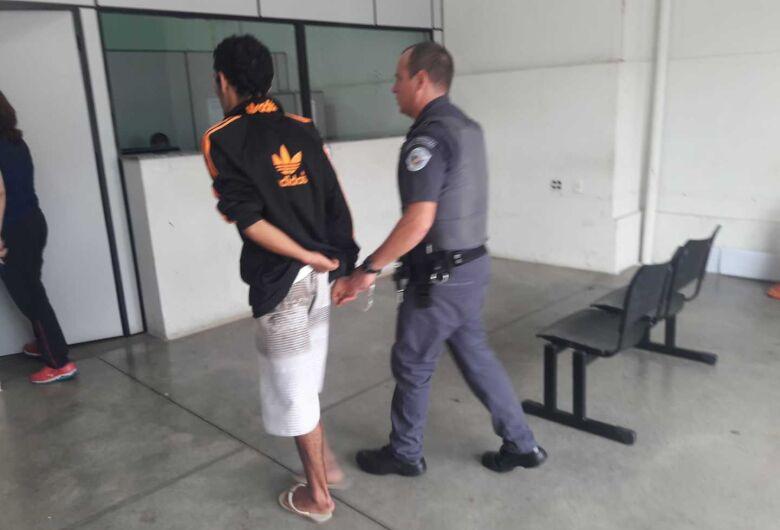 Após tentativa de fuga, acusado de assaltar sacolão é detido pela PM