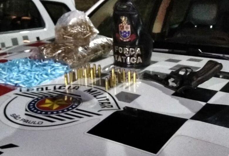 Força Tática encontra drogas e arma em cima de telhado e prende traficante