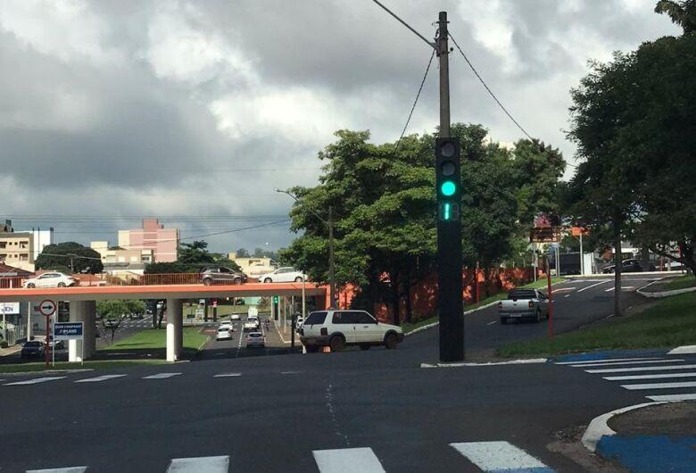 Semáforo com contador queimado é risco de acidente na Trabalhador São-carlense