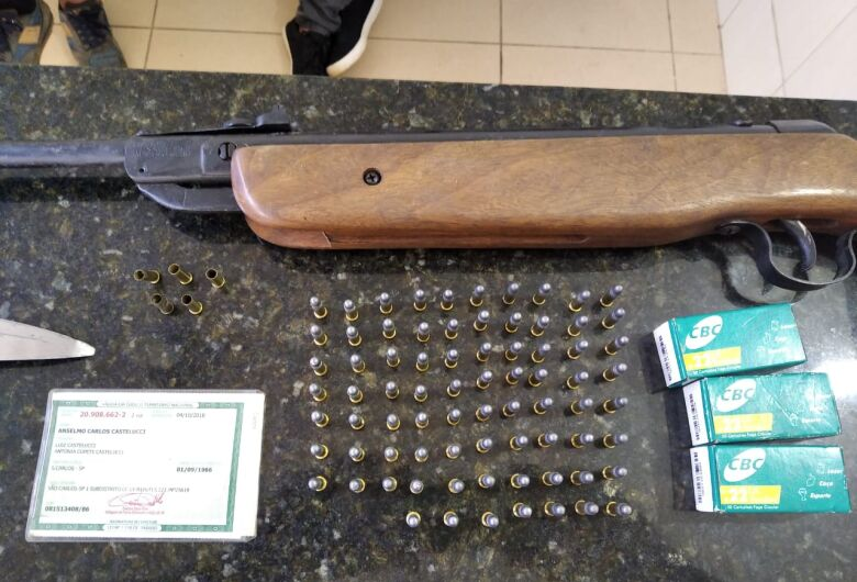 Homem é detido após efetuar disparos de arma de fogo e ameaçar pessoas com faca