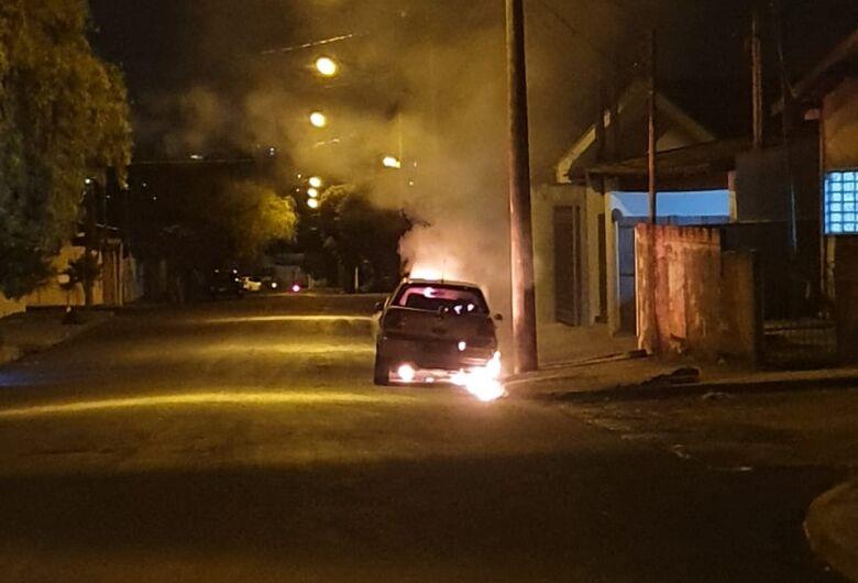 Veículo é consumido por incêndio no Jardim Hikare; veja vídeo