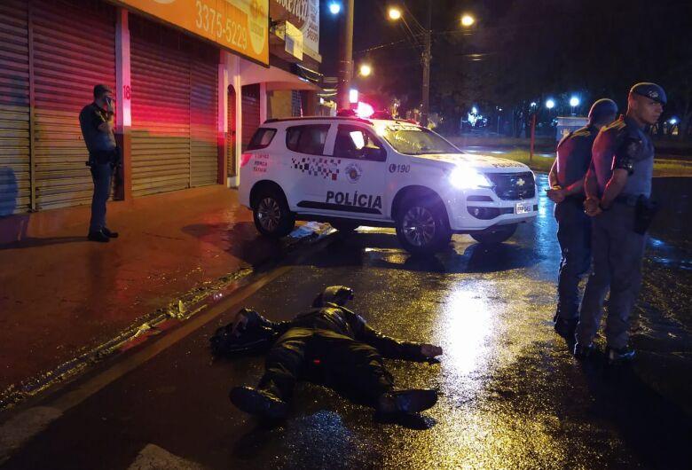 Motociclista sofre queda após escorregar em faixa de pedestres