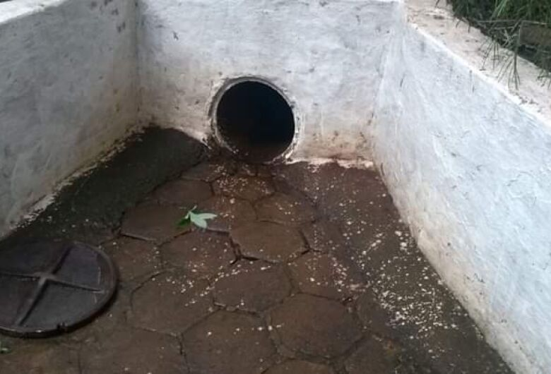 Menino de 10 anos é arrastado por enxurrada e desaparece após cair em bueiro