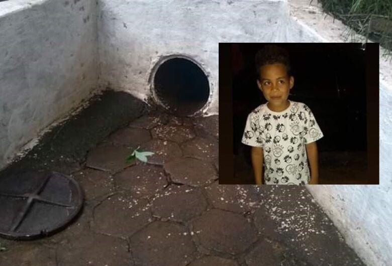 Bombeiros encontram corpo de menino arrastado pela enxurrada e tragado por bueiro