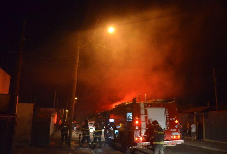 Casa pega fogo e bombeiros encontram drogas no imóvel