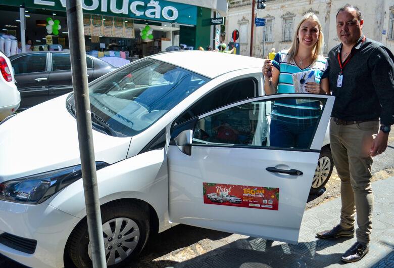 ACISC entrega os dois veículos HB20 às sorteadas da campanha Natal Premiado 2019