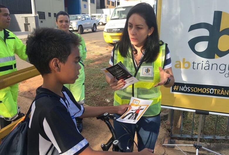 Ciclistas e pedestres de Ibaté recebem ações de educação para o trânsito