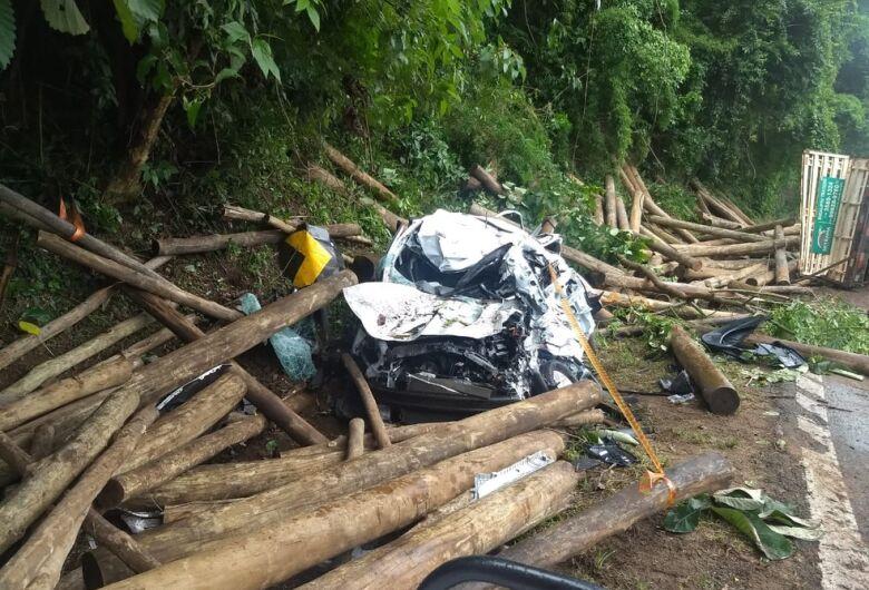 Dois morrem atingidos por toras de madeira que caíram de caminhão que tombou no interior de SP
