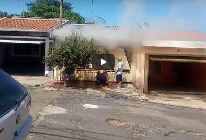 Morador coloca fogo em material reciclável ao tentar acabar com enxame de marimbondos