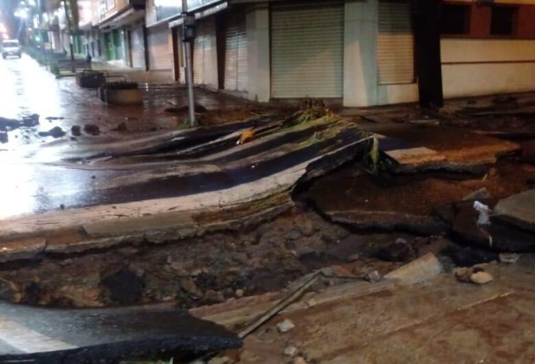 Prefeitura vai refazer pavimento da rua Episcopal no trecho atingido pela chuva