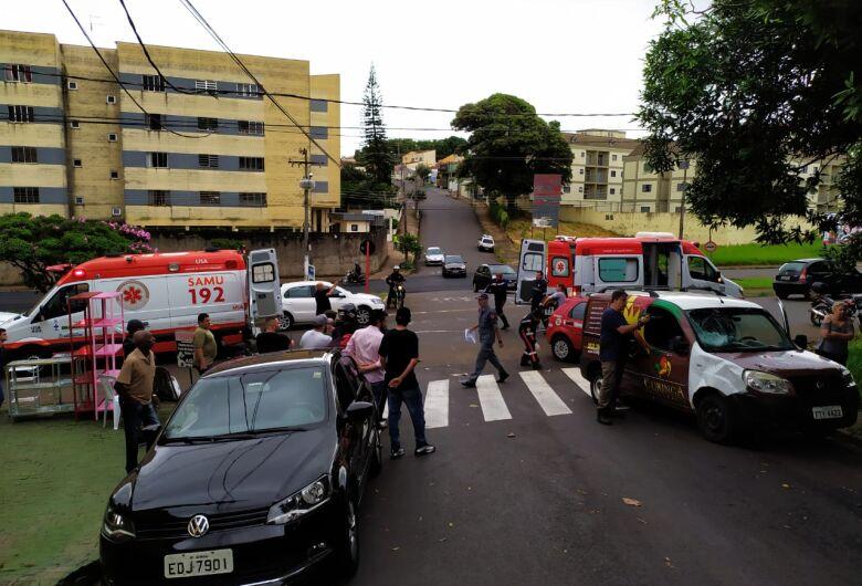 Motociclista sofre fratura na perna após colisão em cruzamento perigoso