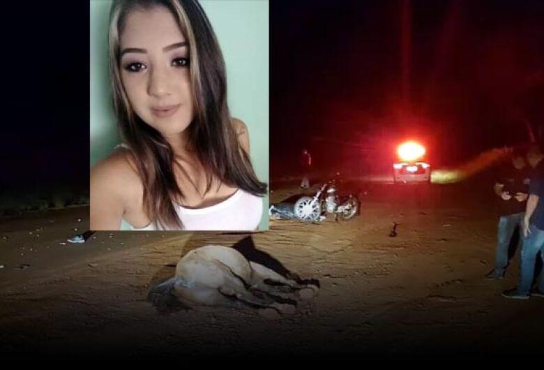 Mulher morre após moto colidir em cavalo em cidade da região
