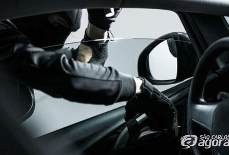 Homem deixa carro aberto e ladrão furta carteira com documentos
