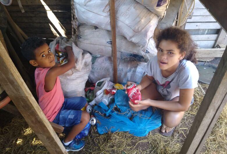 Por uma festa de aniversário, menina de 13 anos de São Carlos junta latas de alumínio