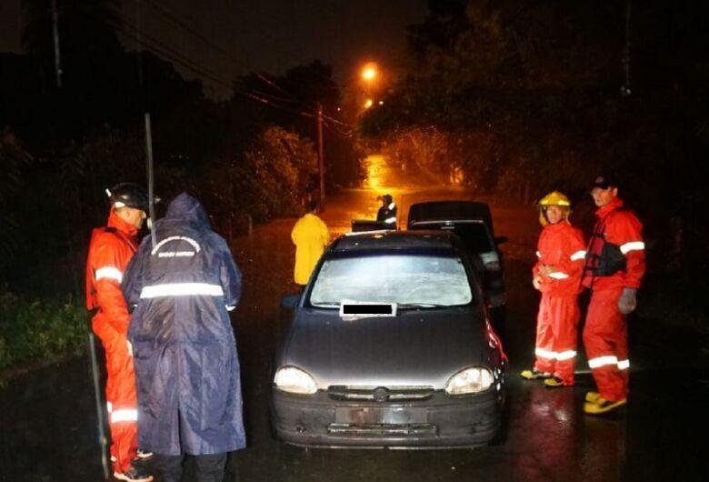 Mulher morre afogada após carro ser arrastado para dentro de córrego durante enchente